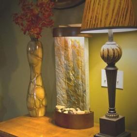 Fontaine décorative sur la table de chevet près du lit