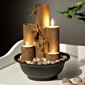 Des bougies allumées dans une fontaine de table