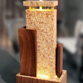 Cascade de table sur un support en bois