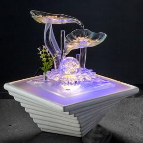 Éléments en verre dans une fontaine décorative