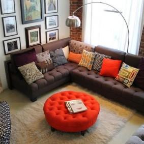 Pouf rouge devant le canapé du salon