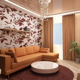 Rideaux bruns dans une pièce avec un plafond tendu