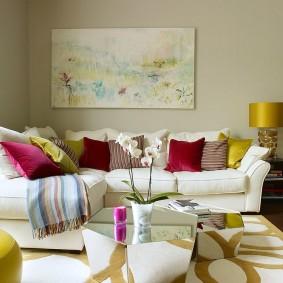 Oreillers multicolores sur un canapé blanc