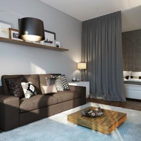 Rideau gris entre la chambre et le salon.