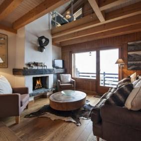 Ameublement d'un salon de campagne avec cheminée à l'intérieur