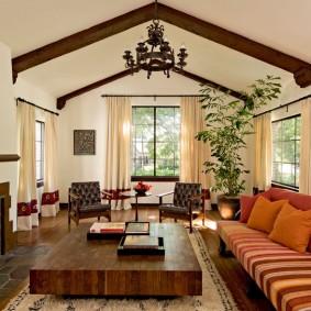 Poutres en bois sur un plafond clair