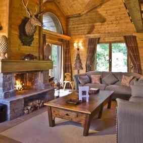 Tête de cerf artificiel sur une cheminée dans le salon