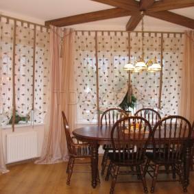 Rideaux simples aux fenêtres du salon