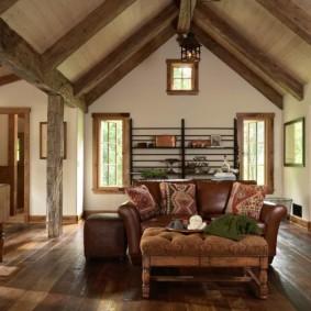 Canapé en cuir dans une maison de campagne confortable