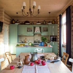 Table à manger dans une maison en rondins
