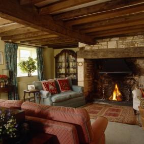 Petit canapé devant une cheminée à foyer ouvert