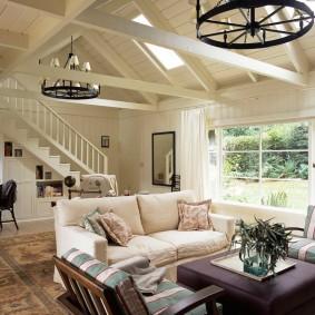 Escalier blanc dans le salon d'une maison de campagne
