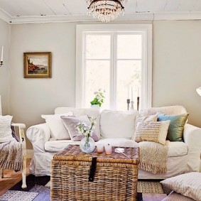 Chambre lumineuse avec mobilier blanc