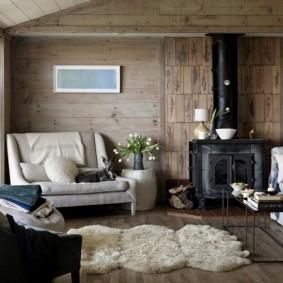 Cheminée forgée dans une maison en bois