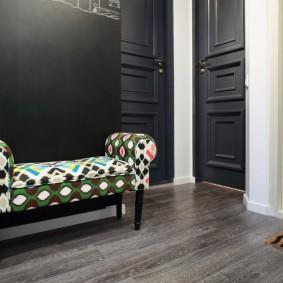 Hall d'entrée dans un appartement de deux pièces après réaménagement