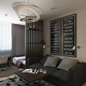 Oreillers gris sur le canapé de l'appartement