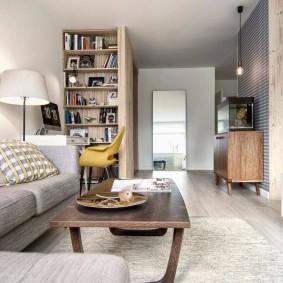 Long salon avec un canapé moelleux
