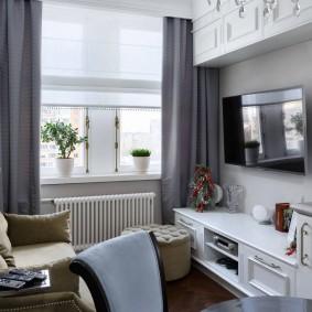 Rideaux gris sur une fenêtre de la chambre