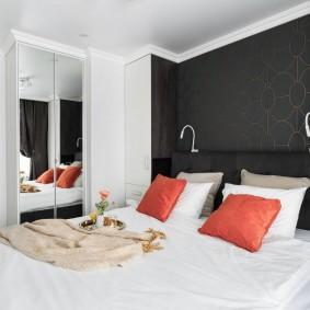 Oreillers rouges sur un grand lit