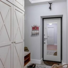 Couloir lumineux dans un appartement de deux pièces