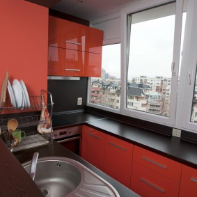 מטבח אדום ושחור במרפסת המצורפת