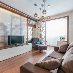 Canapé étroit dans un salon lumineux