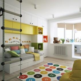 קיר צהוב ולבן בחדר הילדים