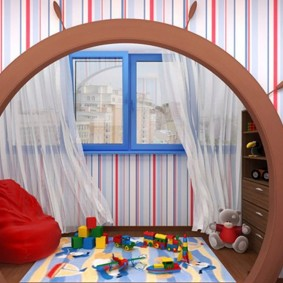 דלת מקושתת בחדר ילדים עם מרפסת