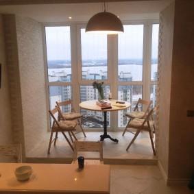 שולחן מטבח במרפסת הפנורמית