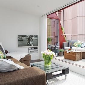 Fenêtre panoramique entre le balcon et le salon