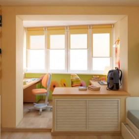 תריסי גלילה על החלון של חלון מרפסת