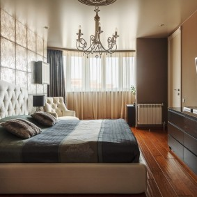 רצפת עץ בפנים חדר השינה