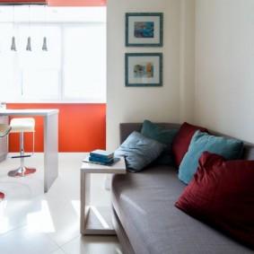 Canapé gris le long du mur blanc de la cuisine