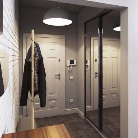 Les murs du couloir sont peints en gris.