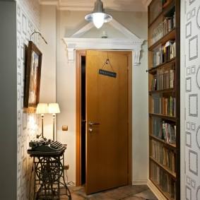 Porte ouverte dans le couloir de l'appartement