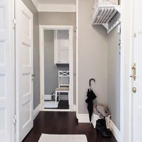 Tapis non pelucheux brillant sur le plancher du couloir