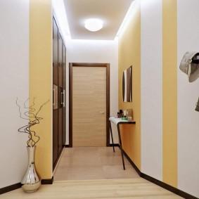 Rayures jaunes sur le mur du couloir