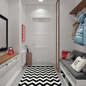 Tapis long dans le couloir avec des murs blancs