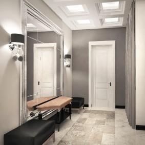 Grand miroir dans un couloir spacieux