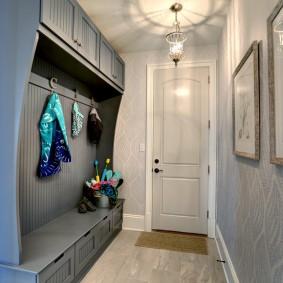 Un cintre ouvert dans un petit couloir