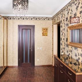 Papier peint en vinyle dans le couloir