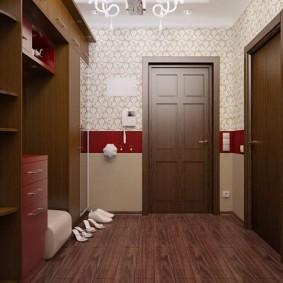 Chaussures pour femmes devant un cintre dans le couloir