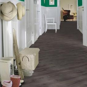 Plancher en bois dans un long couloir