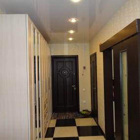 Porte coulissante dans un couloir étroit