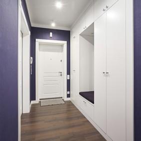 Long couloir avec des éléments de minimalisme