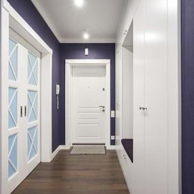 Porte blanche au bout du couloir