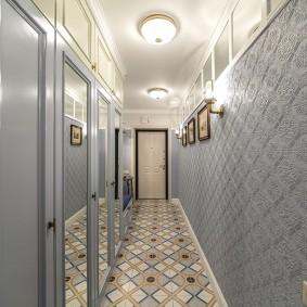 Long couloir aux couleurs pastel