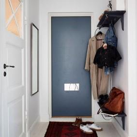 Zone d'entrée du couloir dans l'appartement de la maison en panneaux