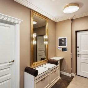Cabinet sous le miroir dans le couloir d'un appartement en ville