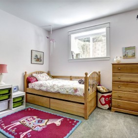 Commode en bois dans le coin de la chambre des enfants